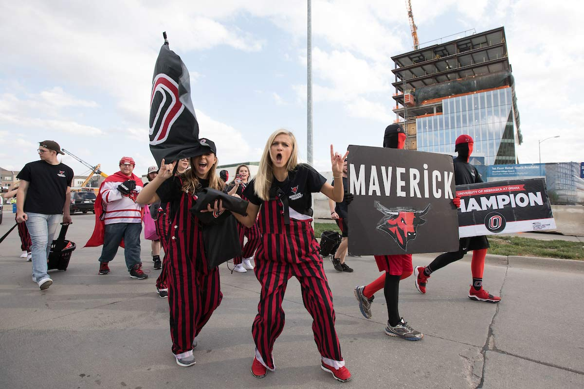 UNO students are walking in a homecoming parade